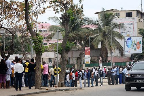 File di elettori in attesa dell'apertura dei seggi