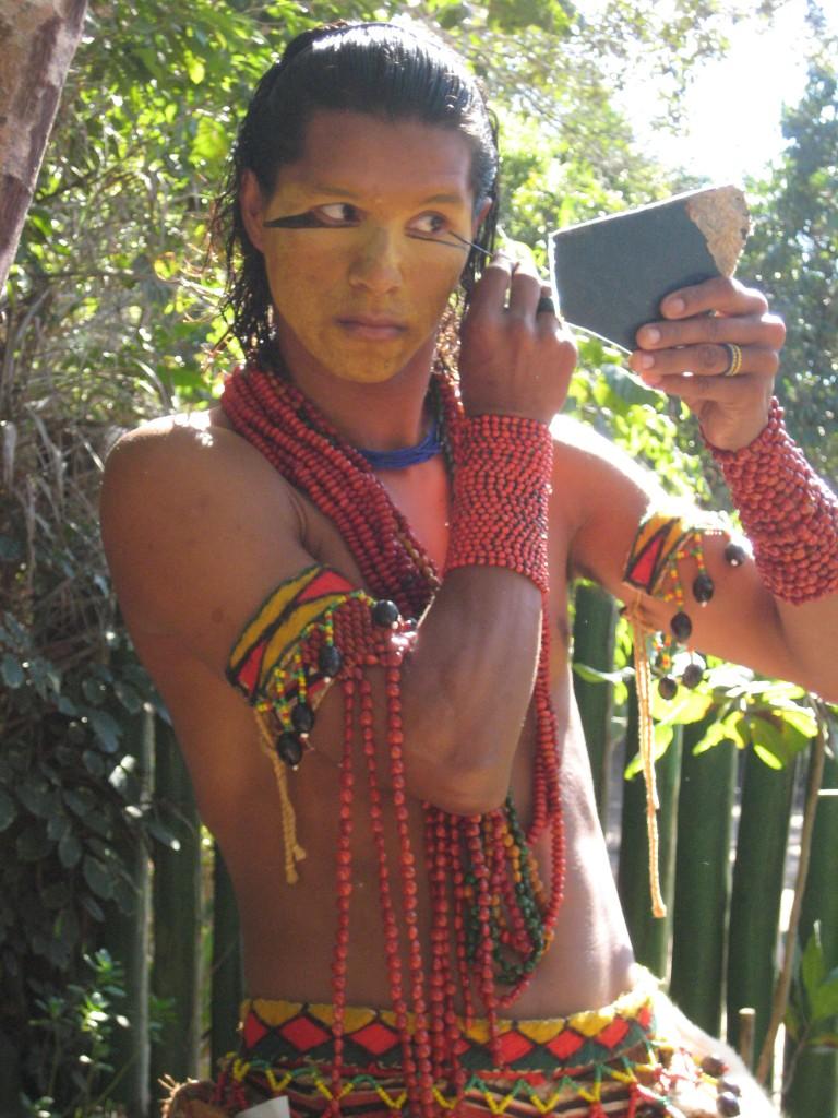 foto: Índio Pataxó se pintando, na Reserva Jaqueira, por Deborah Icamiaba