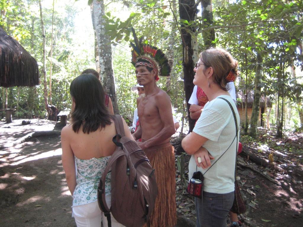 Des Indiens Pataxó font visiter la réserve de Jaqueira à des touristes. (Photo de Deborah Icamiaba)