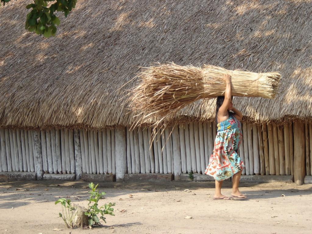 Foto: Uma mulher índia trabalhando, por Deborah Icamiaba