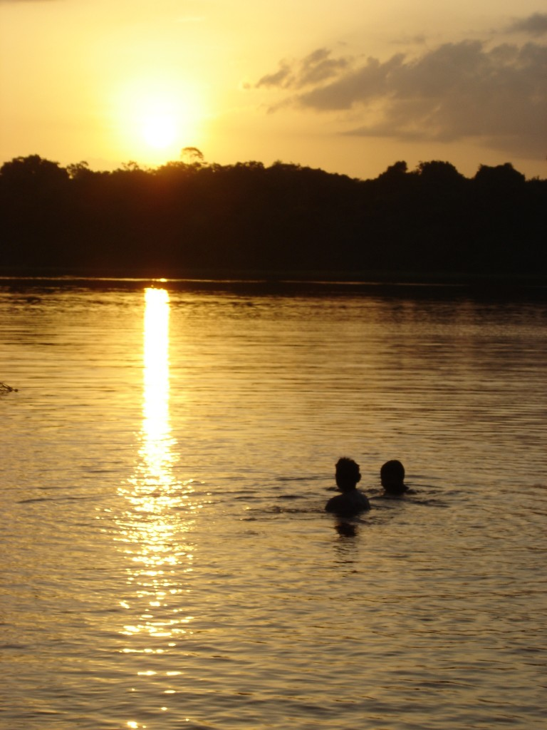 Foto: Dois jovens índios nadando no rio, por Deborah Icamiaba