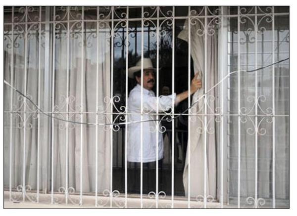 Zelaya na Embaixada do Brasil. Imagem por @kattracho no Twitpic.
