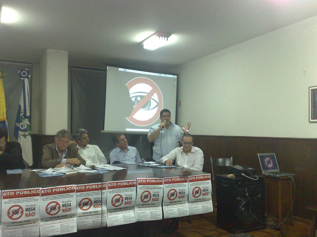 Caribé discursa sobre o Movimento Mega Não e a censura na Internet durante um Ato Público no Rio de Janeiro. Omar Kaminski pode ser visto à sua esquerda. À sua direita o Deputado Federal Jorge Bittar e o Deputado Estadual Alessandro Molon.