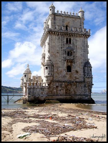 Torre de Belém em Portugal rodeada por lixo. Foto por starrynight1 no Flickr.
