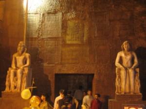 Tema egípcio no pedestal de Kolkata do sul. Foto de Aparna Ray