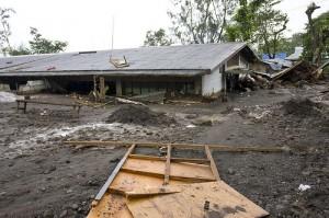 Desmoronamento causado pelo Tufão Ketsana numa vila em Pampanga. Foto de susancorpuz90 no Flickr.