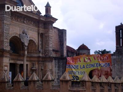 Cartaz da oposição ao aborto na Catedral de Santo Domingo, por Duarte 101. Imagem usada com permissão.