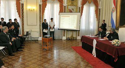 Presidente Fernando Lugo delineando o plano de segurança. Foto por Fernando Lugo APC e usada sob uma licença Creative Commons.