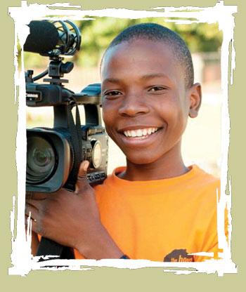O jovem cineasta Alcides Soares, orfão de AIDS com 16 anos, um entre meio milhão de orfãos vivendo em Moçambique atualmente.