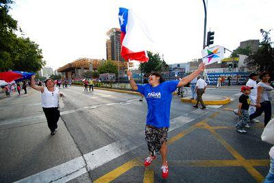 Foto de alegre partidário de Piñera e usada sob licença Creative Commons.