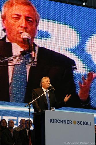 Foto do ex-President Nestor Kirchner por Mariano Pernicone e usada sob uma licença Creative Commons.