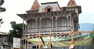 """Várias das casas do tipo """"biscoito de gengibre"""" do século XIX em Porto Príncipe conseguiram se manter em pé apesar do terremoto do dia 12 de janeiro. Foto de Georgia Popplewell, postada no Flickr sob uma licença Creative Commons"""