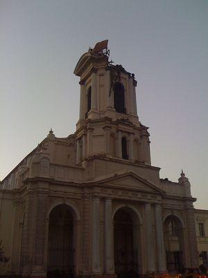 Foto dos danos da Igreja Nuestra Señora de la Divina Providencia em Santiago. Tirada por Julio Costa Zambelli e usada sob licença pela Creative Commons.