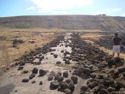 Foto de uma barreira de pedras danificada na Ilha de Páscoa por Alejandro Tucki