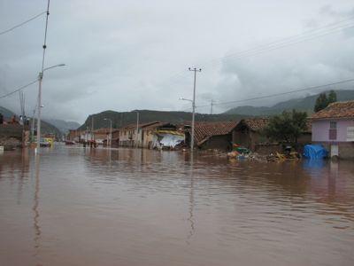 A rua inundada em Huacarpay, foto de Zenobio Valencia e usada com permissão.