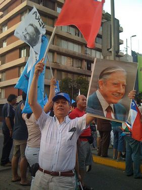 Um eleitor do Piñera mostra seu apoio ao ditador Augusto Pinochet. Foto tiradaa por Darcy Vergara, usuária do Flickr darcy_vergara, e usada sob uma licença Creative Commons.