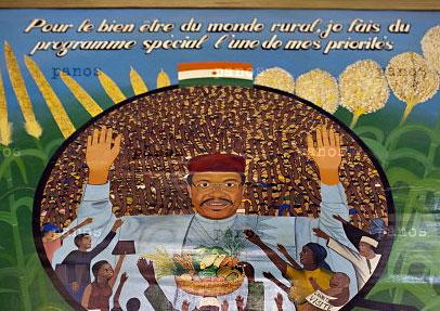 Um mural de Mamadou Tandja na parede do escritório do Presidente. Foto por Jacob Silberberg para a Panos Pictures.