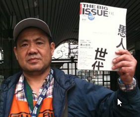 "Sr. Jia, que vende a primeira edição do ""The Big Issue Taiwan"". Foto cortesia de AmberTaipei."