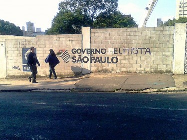 Elitist Government of Sao Paulo. A graffit protest on the wall where the Higienópolis subway station was planned. Twitpic by @mundano_sp.