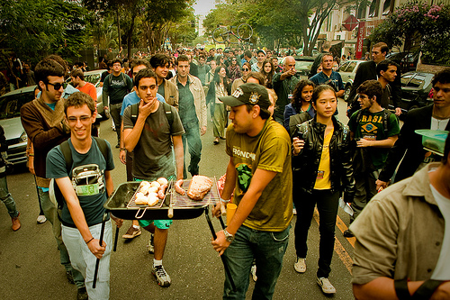 Churrasco ambulante (Walking barbecue). Photo by Luís Eduardo Catenacci, shared on Flickr (CC BY-NC-SA 2.0).