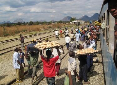 Vendedores de pão no comboio de Nampula para Mutuáli, Moçambique, 2009. Foto de Rosino no Flickr (CC BY-SA 2.0)