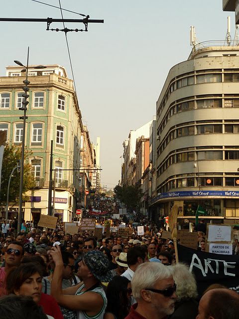 March on the Passos Manuel Street. Photo shared by October 15 organization in Porto