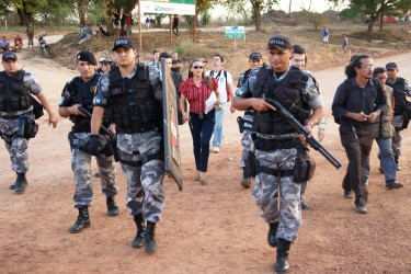 The police arrive to evict the dam site area. Photo by Movimento Xingu Vivo (CC BY 3.0)