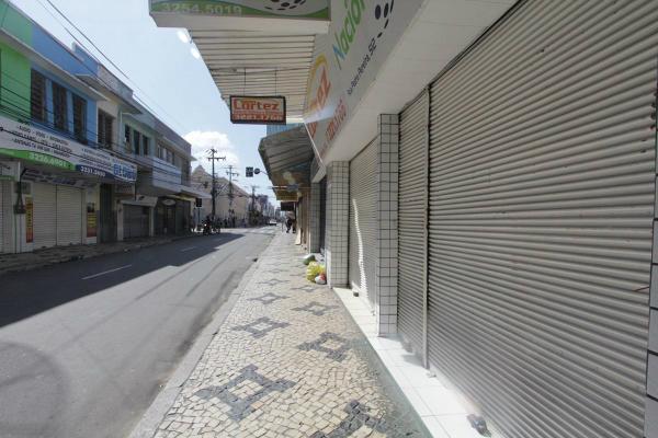 """Foto compartilhada no Twitter pelo fotógrafo Jarbas Oliveira (@jarbas_oliveira): """"Rua Pedro Pereira, no centro de Fortaleza, hoje às 14:28. Parece feriado de jogo do Brasil na Copa do Mundo."""""""