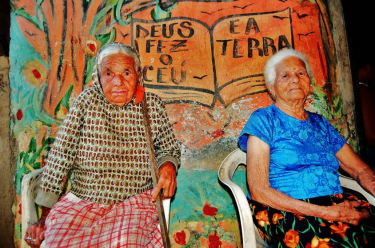 Sisters who were born and grew up in the community, 110 and 84 years old. Photo by Racismo Ambiental (CC BY-NC 2.5 BR).