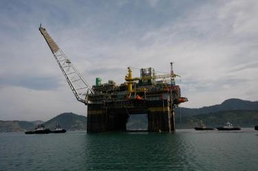 Plataforma petrolera en Angra dos Reis. Fotografía de Programa de aceleração do crescimento (Programa de aceleración de crecimiento) en Flickr (CC BY-NC-SA 2.0)
