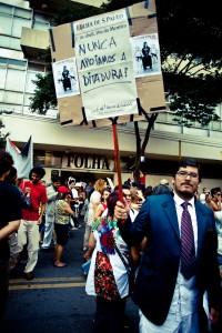 Lino Bocchini protesting in front of Folha de São Paulo