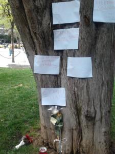 """""""Praça #syntagma, onde um homem se matou hoje. Pode ler-se """"quem virá a seguir"""", """"não é um suicídio, mas um homicídio"""""""