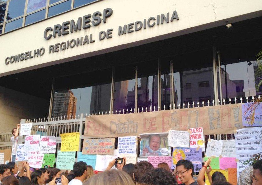 Manifestação pelo parto em casa em frente ao CREMESP, São Paulo, 17 de junho, 2012. Foto da autora.