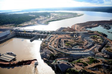 Aerial view of the hydroelectric powerplant of Santo Antônio, Madeira river, Rondônia. Photo by Programa de Aceleração do Crescimento PAC on Flickr (CC BY-NC-SA 2.0)