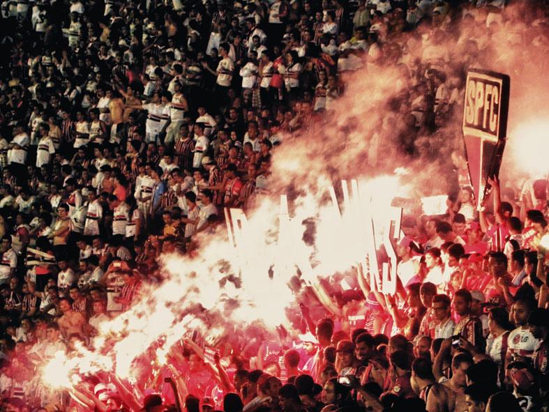 Torcida do São Paulo comemora no estádio do Morumbi durante jogo contra o Tigre. Foto de Cleber Machado, sob licença Creative Commons.