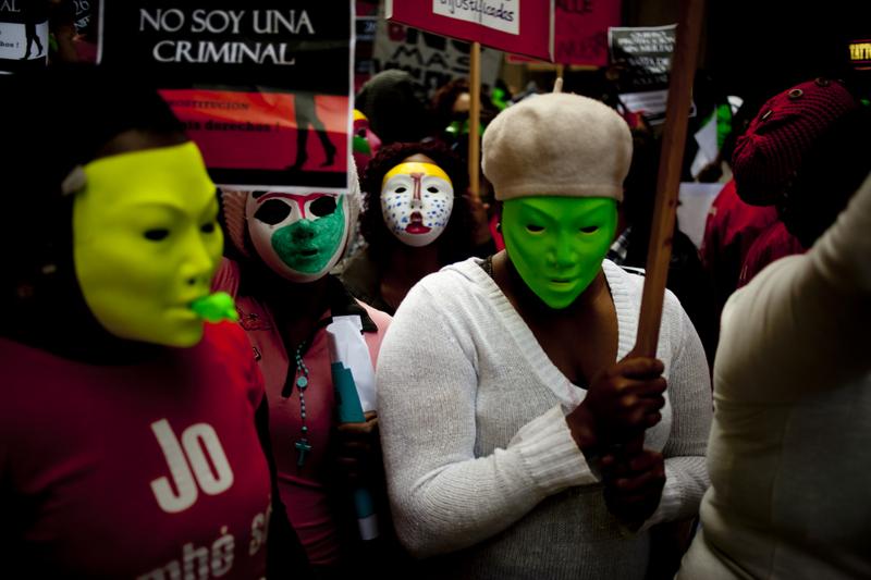 Campanha das Prostitutas Indignadas em Barcelona. Prostitutas mascaradas protestam contra o anúncio feito pela Câmara Municipal de uma possível alteração à lei da prostituição em Barcelona. Foto Pau Barrena copyright Demotix (26/04/2012)