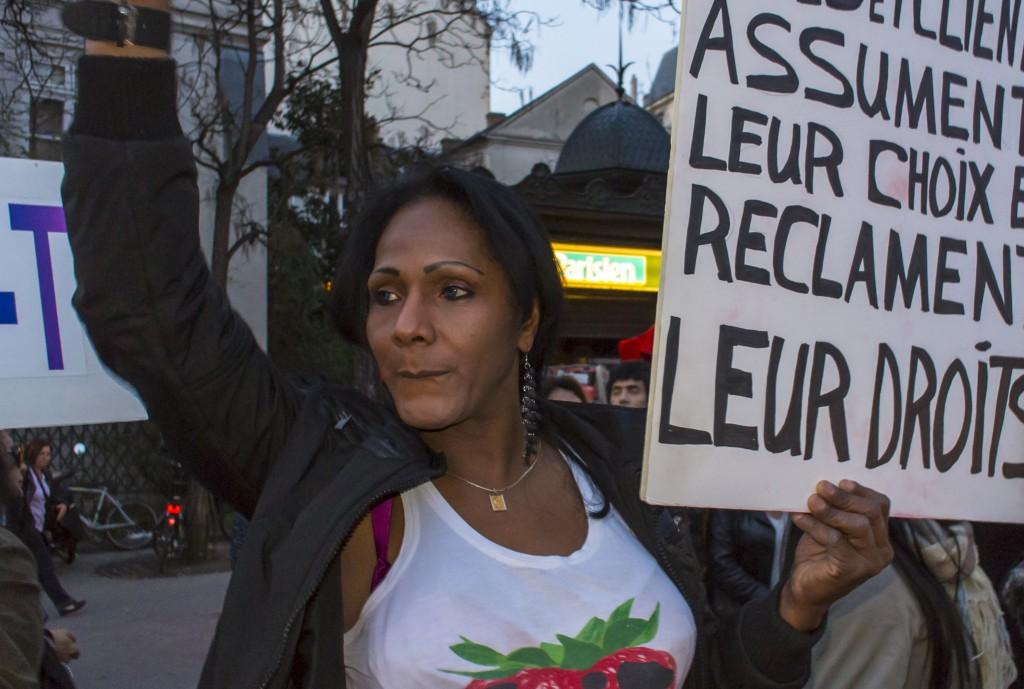 Prostitutas transexuais brasileiras prostestando em Paris contra a Lei Anti-Prostituição, aprovada 10 anos antes por Nicolas Sarkozy, à frente do Senado. Foto de Tom Craig copyright Demotix (21/03/2012)