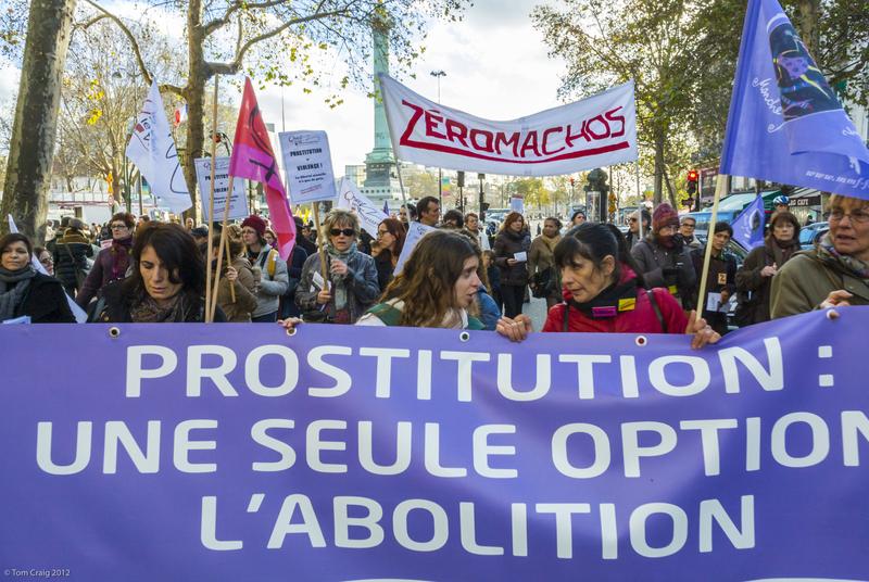 Diferentes grupos feministas fizeram uma marcha contra a violência contra a mulher em Paris, integrada num movimento internacional. Manifestaram-se opiniões feministas opostas tanto a favor como contra a penalização das prostitutas e clientes. Foto Tom Craig copyright Demotix (25/11/2012)