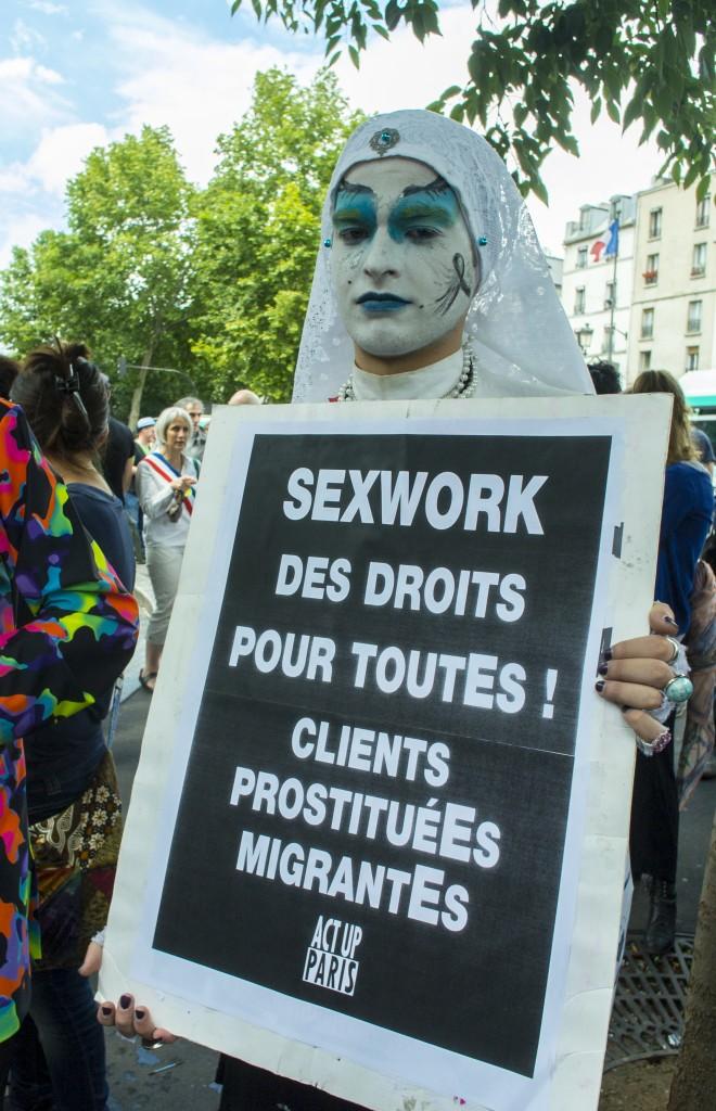 """Manifestação dos trabalhadores do sexo em Paris. """"Direitos para todos: clientes, prostitutas, imigrantes"""". Foto Tom Craig copyright Demotix (07/07/2012)"""