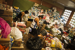 Vila Liberdade, Porto Alegre. Collection of donations being carried out at Giudice Gymnasium (CC BY-SA Overmundo)