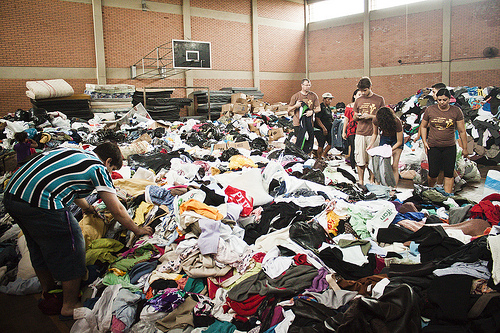 Vila Liberdade: the checking and distribution of the donations is carried out in the sports gymnasium at the Municipal School of Antonia Giudice. On 2 February a group of volunteers went to the shanty town en force to take statements of the incident from those who had been affected by the fire. (CC BY-SA Overmundo)