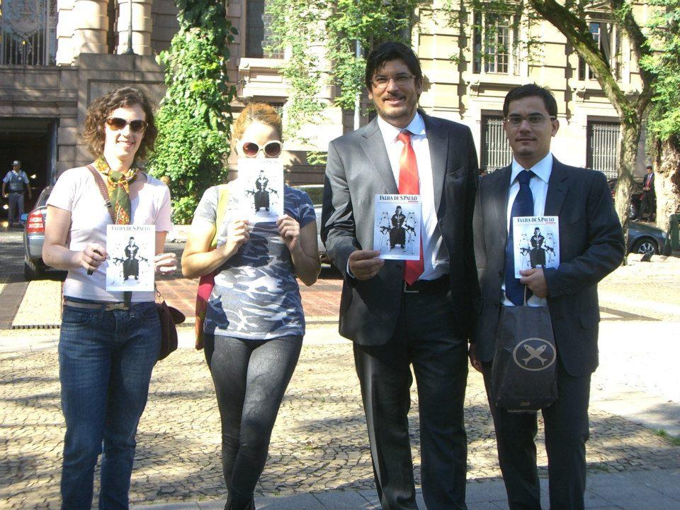Irmãos Bocchini e apoiadores posam para foto antes do julgamento. Foto de Beatriz Bevilaqua, usada com permissão.