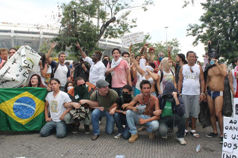 Manifestantes fecham avenida Radial Oeste em protesto após entrada da PM na Aldeia Maracanã. Foto de Artur Romeu, usada com permissão.