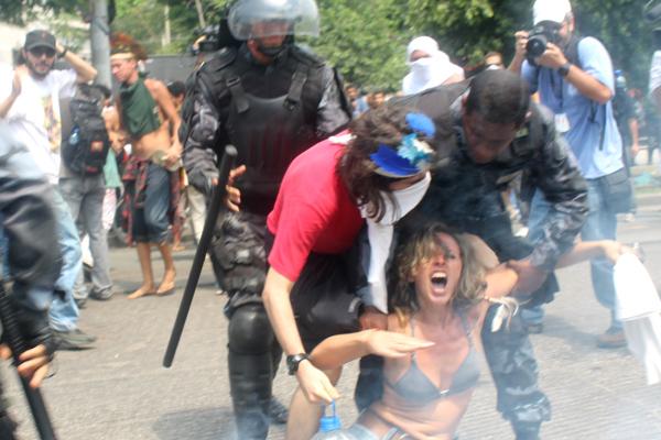 Manifestante é arrastada por policiais do Choque. Foto de Artur Romeu, usada com permissão.
