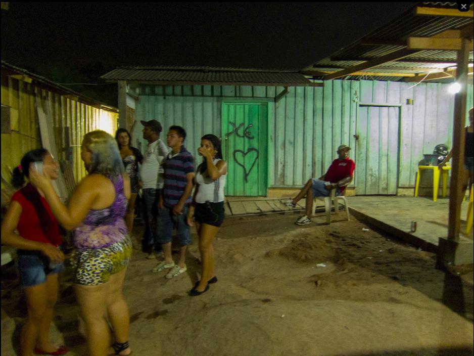 Quartos onde mulheres se prostituem no fundo de um brega, nome local para bordel Foto: Marcelo Min