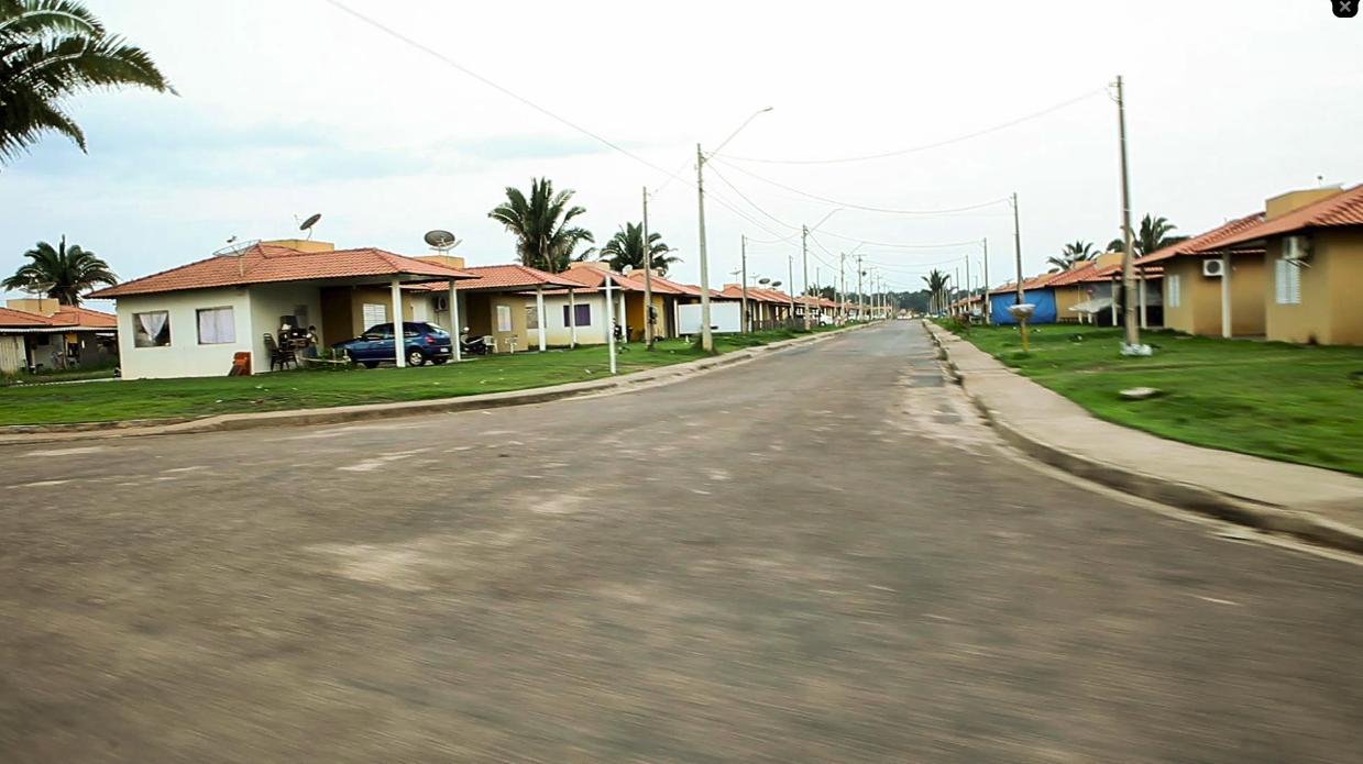 Ruas desertas de Nova Mutum Paraná, vila construída pela usina de Jirau, contrasta com a explosão populacional de Jaci Foto: Marcelo Min