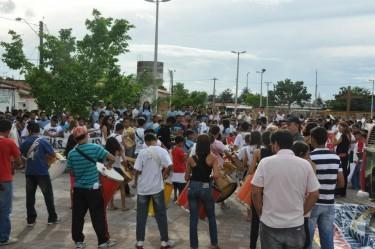 Banda de percussão toca na concentração da caminhada. Foto publicada no Facebook pelo perfil do coletivo Crítica Radical.