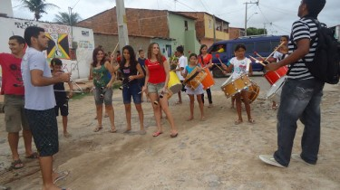 Des participants au projet jouent des percussions au parc São Vicente, dans le quartier de Canindezinho. Photo publiée sur le blog du projet Luthieria Cultural.