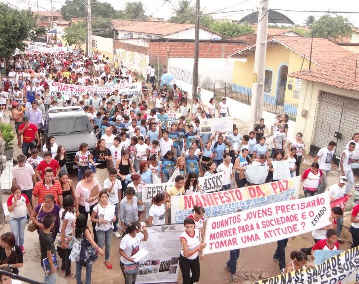 """Uma faixa pergunta """"Quantos jovens precisarão morrer para a sociedade e o estado tomarem uma atitude?""""; outra faixa declara o """"Manifesto da paz"""". Foto de Icaro Martins, publicada no Facebook."""