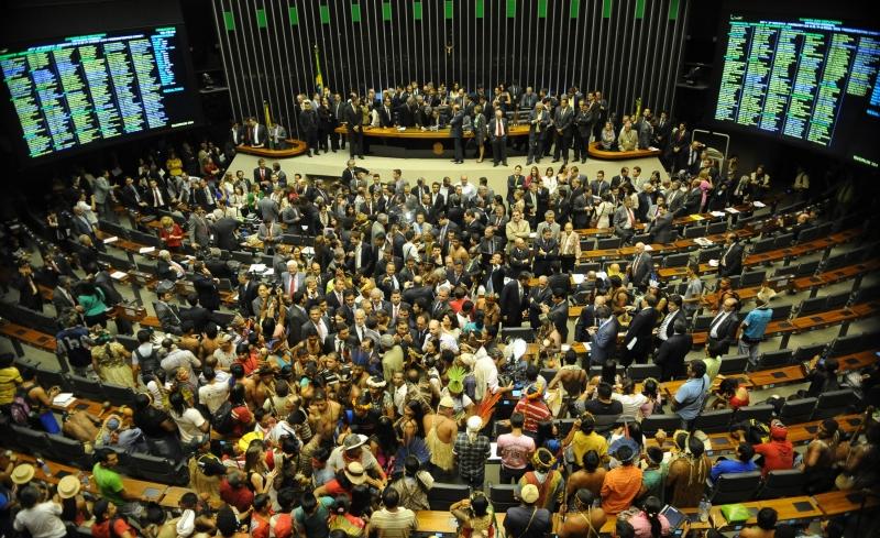 Centenas de índios invadiram o plenário da Câmara dos Deputados e tomaram as cadeiras dos parlamentares. Foto de José Cruz, Agência Brasil (CC BY 3.0)